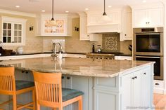 Idea of the Day: Expand your color palette with two-toned kitchens. Good two tone white gray blue wood hood island Idea of the Day: Expand your color palette with two-toned kitchens. Good two tone white gray blue wood hood island Kitchen Island With Sink And Dishwasher, Two Tone Kitchen Cabinets, Sink In Island, Kitchen Islands, White Cabinets, Kitchen Colour Schemes, Kitchen Colors, Kitchen Lighting Design, Kitchen Design