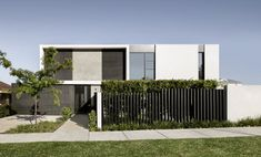 Black blade fence detail by Agushi Construction Modern Architecture House, Residential Architecture, Facade Design, Exterior Design, Modern Fence Design, Minimal House Design, Duplex Design, Dream House Exterior, Facade House