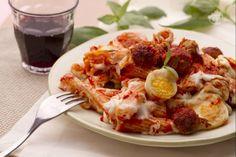 La pasta al forno è il primo piatto domenicale per eccellenza. Gustosa e ricca, con pomodoro, polpette, besciamella e formaggi, piace davvero a tutti!