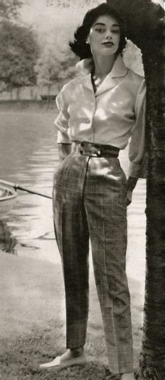 Fashion Tips Moda 1955 - slim trousers, men& style shirt, small waist, moccasin style shoes Moda Vintage, Vintage Mode, Vintage Style, Retro Vintage, Retro Chic, Fashion Week, Look Fashion, Fashion Tips, Fashion Clothes