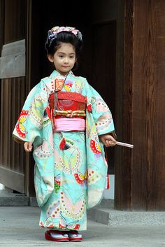 Gorgeous Kimonos on Shichi-go-san ❀The shichi-go-san festival celebrates the 7th (shichi) and 3rd (san) birth years of young girls and 5th (go) birth years of young boys all around Japan in October. The celebration is simple and nice: Japanese people dress their children in beautiful kimonos and they pay a visit to a shinto shrine.