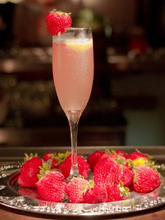 16 #Brunch #Cocktail Recipes: Strawberry Bubbly (vodka, simple syrup, lime juice, champagne, strawberries)