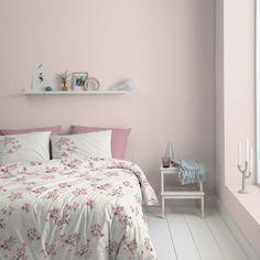 Je hoort de bijtjes al zoemen bij het zien van het dekbedovertrek Millie van Cinderella. Een zomers dessin met vrolijke, roze bloemen en vliegende libellen op een lichte achtergrond. #summerfeeling #softpink #flowers #bedroom #pastel