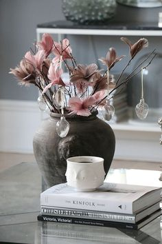 Easter Flower Arrangements, Easter Flowers, Spring Flowers, Table Cafe, Easter 2021, Holiday Traditions, Decoration Table, Dining Room Design, Bath And Body