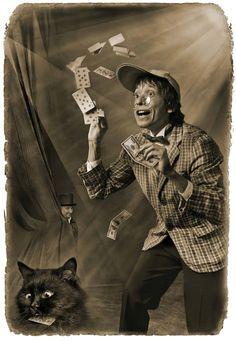Фагот щелкнул пальцами, залихватски крикнул: – Три, четыре! - поймал из воздуха колоду карт, стасовал ее и лентой пустил коту. Кот ленту перехватил и пустил ее обратно. Атласная змея фыркнула, Фагот раскрыл рот, как птенец, и всю ее, карту за картой, заглотал.