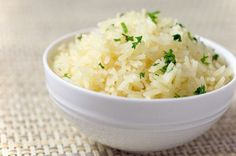 This garlic rice is a the perfect, easy way to jazz up your rice side dish. It is a great quick side dish for weeknight meals. Peruvian Recipes, Cuban Recipes, Side Dish Recipes, Peruvian Rice Recipe, Rice Dishes, Food Dishes, Dieta Dash, Cooking Recipes, Healthy Recipes