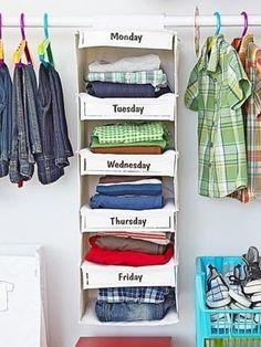Organize as roupas de seus filhos — ou suas próprias — por dias da semana! | 53 dicas para organizar o guarda-roupas que vão mudar a sua vida para sempre
