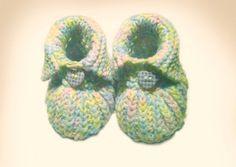 Baby-Bootie - gestrickt und mit Knopf. Eine tolle Anleitung für Babystiefel, in denen kleine Babyfüße auch im Winter schön warm bleiben.