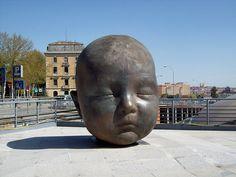 Street and Public Art, Outside the Atocha Train Station in Madrid (no other… Sculpture Head, Stone Sculpture, Alexander Calder, Foto Madrid, Unusual Art, Weird World, Bronze, Land Art, Public Art