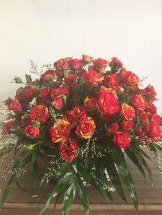 Cesta de rosas, elegante elaboración con rosas de gran calidad, poderosas.La tonalidad y color de las flores puede variar según la temporada yla disponibilidad¿Por qué en Les flors de Nuria?, porqueelaboramosy servimos nuestros productos sin intermediarios.                  Atención al clienteinfo@lesflorsdenuria.comTelf. 96 001 93 03- 601 24 21 08