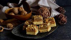 Hledáte nějaký osvědčený dezert, na kterém si smlsne celá rodina? :) Vyzkoušejte ořechové kostky s karamelovým krémem! Budete příjemně překapeni. ;) No Bake Pies, Marshmallows, Christmas Cookies, Waffles, Meals, Baking, Breakfast, Recipes, Food
