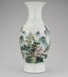 Vaso em porcelana Chinesa da primeira metade do sec.20th, 42cm de altura, 2,440 USD / 2,180 EUROS / 10,080 REAIS / 15,570 CHINESE YUAN soulcariocantiques.tictail.com