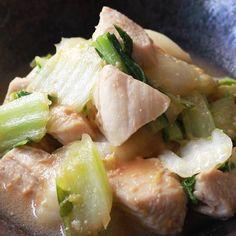 「白菜と鶏むね肉の味噌炒め」の作り方を簡単で分かりやすい料理動画で紹介しています。白菜と鶏むね肉を味噌で炒めてみました。しっかりとした味付けで、淡白なむね肉が味噌と合い、更に美味しく頂けます。お酒にも合い、ご飯も進みます。先に合わせ調味料を作る事で、炒める工程が簡単になりますので、是非お試しください。