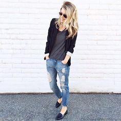 Побалуйте себя вот такими модными и удобными бойфрендами  DL1961 Premium Denim с ювелирными рваными деталями. Они легко впишутся в ваше гардероб, идеально сочетаясь практически со всем, от спортивных футболок, до деловых пиджаков. Подобрать себе эти удобные и модные джинсы вы сможете в JiST.