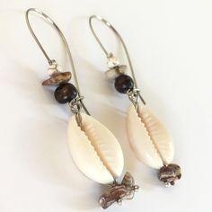 Σκουλαρίκια κρεμαστρά με κοχύλια και ημιπολύτιμες πέτρες | Σκουλαρίκια στο jamjar Summer Accessories, Kai, Drop Earrings, Jewelry, Jewlery, Jewerly, Schmuck, Drop Earring, Jewels