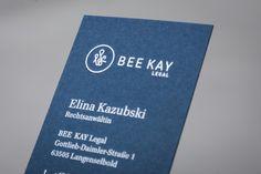 Für Bee & Kay und Bee & Kay Legal entwickelte Bureau Blink ein modernes signethaftes Logo und eine aufwendig produzierte Geschäftsausstattung in mehreren Versionen. Mit gegenkaschierten und durchgefärbten Papieren mit verschiedenen Heissfolienprägungen. Stark produziert von Bölling.
