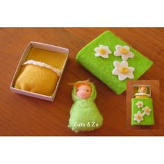 Tiny spring doll with a matchbook bed (image only, link broken). Could be done with other seasons. Matchbox Crafts, Matchbox Art, Crafts To Do, Felt Crafts, Crafts For Kids, Waldorf Crafts, Waldorf Toys, Miniature Crafts, Miniature Dolls