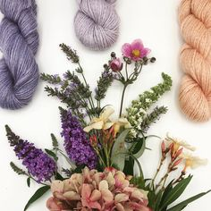 A little bouquet for your sunday: handpicked flowers from the garden and yarn handdyed with plants! Knit Crochet, Fiber, Bouquet, Sunday, Wreaths, Knitting, Garden, Flowers, Plants