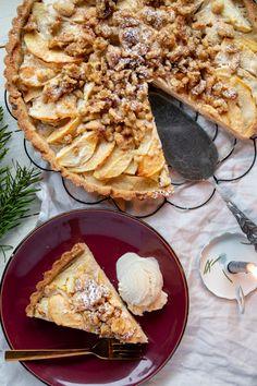 Rezept Apfeltarte mit Walnüssen backen – Naschen mit der Erdbeerqueen Bake apple tart with walnuts. Juicy and simple apple tart with curd cheese mix and roasted walnuts as a topping. recipe tart – Snacking with the strawberry queen Walnut Recipes, Tart Recipes, Baking Recipes, Quick Healthy Desserts, Delicious Desserts, Apple Tart Recipe, Snacking, French Dessert Recipes, Roasted Walnuts