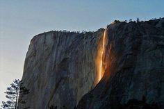 La cascada llamada Horsetail o cola de caballo, que fluye desde casi 500 metros de altura en el Parque Nacional de Yosemite, California.