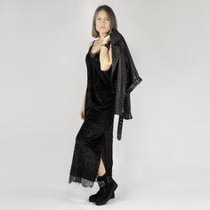 Botines negros con adornos de pedrería ideales para hacer especial cualquier outfit Color Negra, Kimono Top, Women, Fashion, Templates, Black Ankle Boots, Ornaments, Winter, Moda