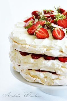Arabeska : Bezowy tort z truskawkami Pavlova, Cupcakes, Breakfast, Ethnic Recipes, Sweet, Food, Pies, Morning Coffee, Candy