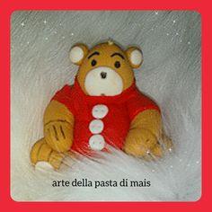Orso con maglioncino rosso, realizzato in pasta di mais.