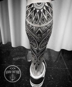 Maori tribal leg tattoo by Kadu Tattoo. Best Leg Tattoos, Leg Tattoo Men, New Tattoos, Tattoos For Guys, Tattoos For Women, Calf Tattoos For Men, Tribal Tattoos, Body Art Tattoos, Sleeve Tattoos