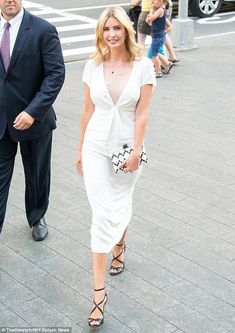 Ivanka Trump stuns in chic white dress as she attends Vogue event Ivanka Trump Outfits, Ivanka Trump Photos, Ivanka Marie Trump, Ivanka Trump Style, Ivanca Trump, Trump Kids, Trump Children, Executive Outfit, Vogue China