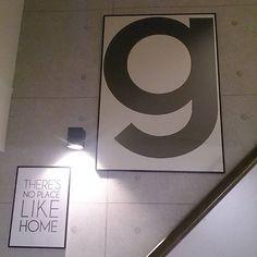 急に思い立ってポスターの位置を変えてみた😆 我が家のアクセントクロスは階段の吹き抜け部分のみです。打ちっぱなし風クロスがお気に入り💕 #リビング階段 #スケルトン階段 #オープンステア #一条工務店 #アイスマート #playtype #プレイタイプ #ポスター #モノトーンインテリア #白黒インテリア #シンプルモダンインテリア #コンクリート打ちっぱなし #コンクリート壁紙 #白黒グレー
