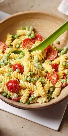 Dein Osterbrunch kommt näher und du bist noch auf der Suche nach einem schmackhaften Gericht, das bei allen gut ankommt? Dann solltest du diesen schnellen Nudelsalat mit Tomaten und Erbsen probieren - ein Rezept, dem niemand widerstehen kann!