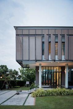 Gallery of Tiwanon House / Archimontage Design Fields Sophisticated - 30 Modern House Facades, Modern Architecture House, Facade Architecture, Residential Architecture, Modern House Design, Modern Houses, Loft Design, Contemporary Design, Design Art