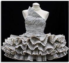 DISEÑO Y GLAMOUR EN PAPEL. VESTIDOS DE PAPEL  Jolios Paons ha diseñado este magnífico vestido de papel. Un montón de plegado aprovecha esta creación única a partir de residuos de alta costura. - Design D'autore