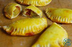 Recette Pied Noire traditionnelle - La coca Pied Noir à la frita (en video et pas à pas) : Préparer la pâte en mélangeant la farine, le sel, l'eau et l'huile. Vous devez obtenir une pâte homogène. Si la pâte est trop sèche, vous pouvez rajouter un peu d'eau supplémentaire. Laisser...