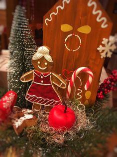 Tischdeko mit Lebkuchenmann/frau und Holzhaus im Hotel Tirolerhof Christmas Bulbs, Holiday Decor, Home Decor, Log Home, Woman, Christmas Light Bulbs, Homemade Home Decor, Interior Design, Home Interiors