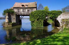 Un vieux moulin est érigé en équilibre au-dessus de la Seine, dans la ville de Vernon (Haute-Normandie) - National Geographic France