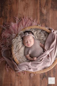 女の子に人気のピンクコーディネート^^ ぐっすり眠っていてくれました。 #adamasnewbornphoto#newborn#ニューボーンフォト#ニューボーンフォト茨城#ニューボーンフォト栃木#新生児フォト #newbornphoto#newbornphotographer#関東ママ#新米ママ#新生児#赤ちゃん#妊娠後期#出産準備#茨城#千葉#水戸#ひたちなか#つくば#柏#茨城ママ#千葉ママ#プレママさんと繋がりたい#関東プレママ#茨城プレママ#千葉プレママ#栃木プレママ#福島プレママ Newborn Photos, Baby Photos, Baby Swaddle, Bassinet, Newborn Photography, Baby Shower, Photoshoot, Studio, Baby Things