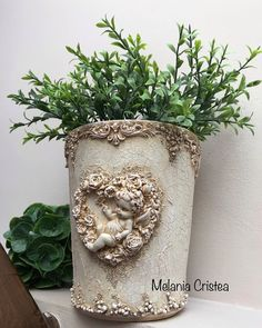 Shabby Chic Garden Decor, Iron Orchid Designs, Clay Pot Crafts, Plastic Planter, Decoupage Vintage, Diy Molding, Diy Painting, Decor Crafts, Flower Pots