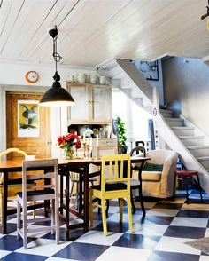 Yellow house on the beach: Interior designs and wallpapers