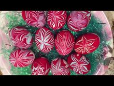 DIY Master Class: Dying Easter Eggs with the Grace-Ebru Technique Water Marbling Decor Crafts, Diy And Crafts, Ebru Art, Christmas Wreaths, Christmas Decorations, Water Marbling, Coloring Easter Eggs, Handmade Candles, Egg Decorating