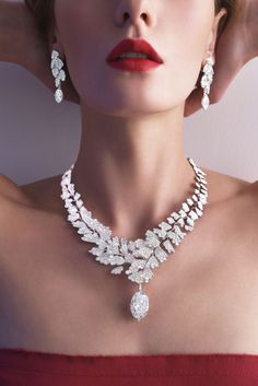 "CARTIER. ""Adiante"" Collier - platine, un diamant D/IF type IIa ovale taille brillant de 20.04 carats, diamants taille rose, diamants taille brillant. Le diamant central est amovible. ""Adiante"" Boucles d'oreilles - platine, un diamant D/IF ovale de 4.04 carats et un diamant D/VVS1 ovale de 4.01 carats, diamants taille rose, diamants taille brillant. Les diamants ovales sont amovibles. #Cartier #RésonancesDeCartier #2017 #HighJewellery #HauteJoaillerie #FineJewelry #Diamond"
