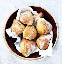 Hvem elsker ikke smagen af en lun nybagt bolle med smør? Koldhævede boller er nemme at bage, og giver noget ekstra til de stille morgener. I denne opskrift bruger vi ølandshvede, som giver et himmelsk og smagfuldt brød.