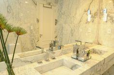 Banheiro inteiro em márore Calacata! By Marina Salomão Arquitetura e Interiores