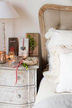 detalle-mesita-de-noche-decapada-con-velas-y-lampara-de-sobremesa-y-cabecero-madera-tapizado 00445051 O Romantic Room, Wood Blocks, Home Decor Inspiration, Ladder Decor, Repurposed, Cool Stuff, Table, House, Furniture