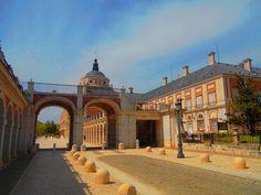 Avenida de Palacio a la altura de los soportales entre este y la Casa de Oficios.