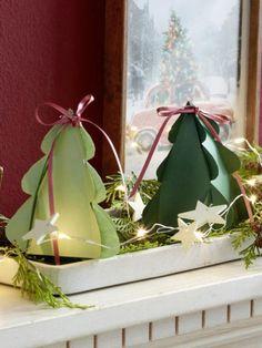Diese kleinen Exemplare aus Papier können Sie wunderbar auf der Fensterbank platzieren. Mit einer Lichterkette dekoriert erstrahlen sie am Abend.