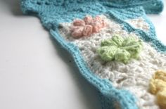 Citrus Blossom Bag. Crochet bag in cotton. Handle detail of the puffy flowers