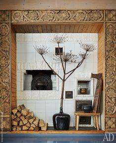 Фрагмент столовой. Печка сделана по образцу старых русских печей.