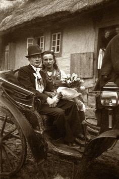 """Drużba i druhna, Wesele Jana Pyczka i Marii z domu Pyrlik """"Fornalczyk"""" Bieńczyce, lata 30. XX w. fot. Jan Kotyzav"""