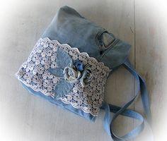 Blauwe boho tas met stoffen een roos Patchwork jean handtas met kant handgemaakte tas Recycled jeans Jean lappendeken van jeans gemaakt denim naaien bag Een handgemaakte boho lappendeken denimsak. Deze echt schattig en zeer functionele tas is gemaakt van jeans... Deze jeans tas heeft zakjes binnenin. Het is nuttig de handzak van elke dag! Afmetingen (bij benadering): tas 36 х 40 cm (14 х 16), behandelt - 71 cm (28) Mijn winkel-https://www.etsy.com/shop/klaptykart?ref...